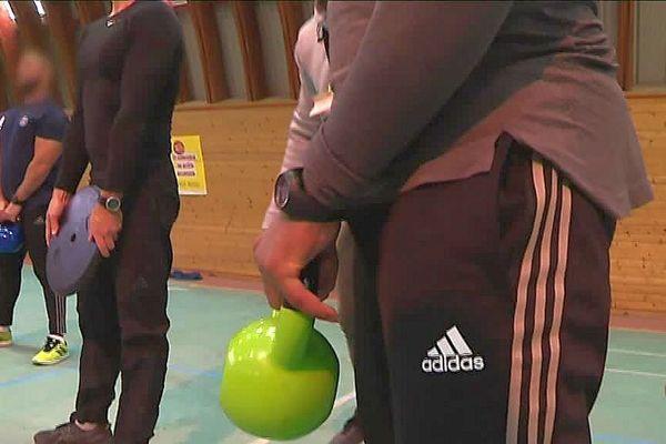 Une séance de CrossFit dans la salle de sport de la maison d'arrêt de Villeneuve-les-Maguelone. Cette discipline qui allie force et résistance a aussi le vent en poupe chez les détenus.