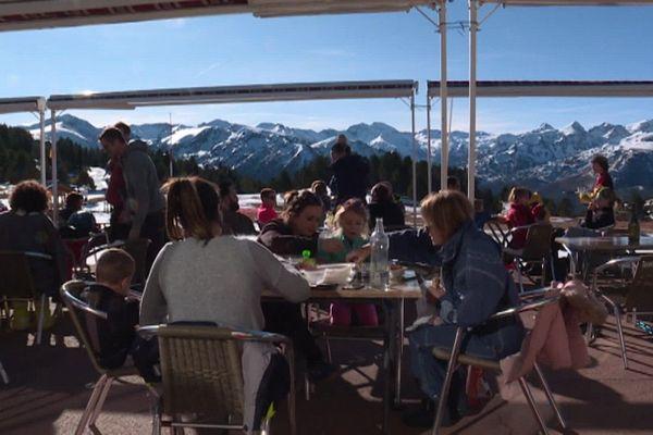 Luge, balade en traîneau ou à pied ou encore simple farniente en terrasse... les vacanciers viennent avant tout chercher l'air de la montagne.