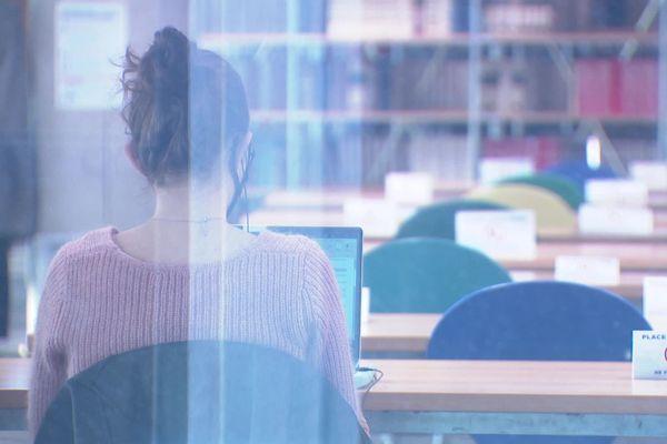 Les étudiants, souvent très jeunes, affrontent à la fois une perte de repères et un manque de soutien.