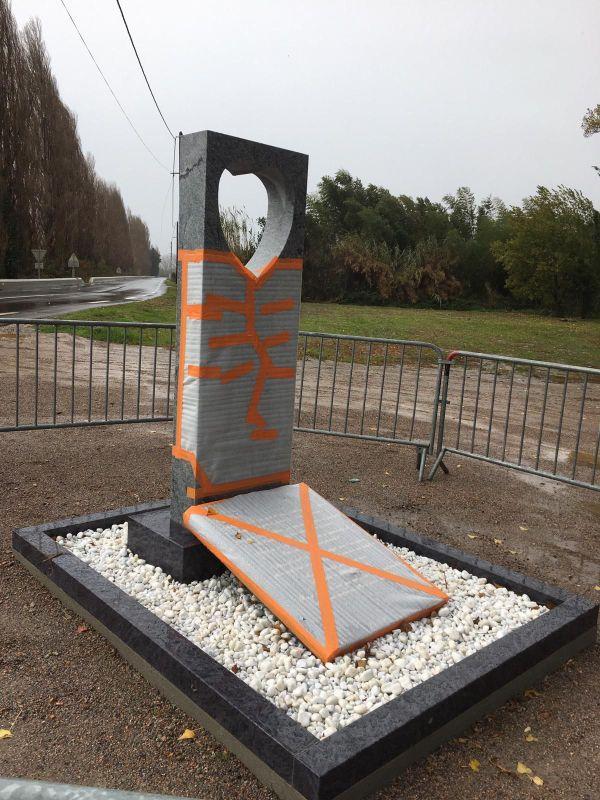 Une stèle a été érigée non loin du lieu du drame en souvenir des enfants décédés