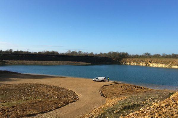C'est sur ce plan d'eau que vont émerger plus de 7.300 panneaux solaires flottants.