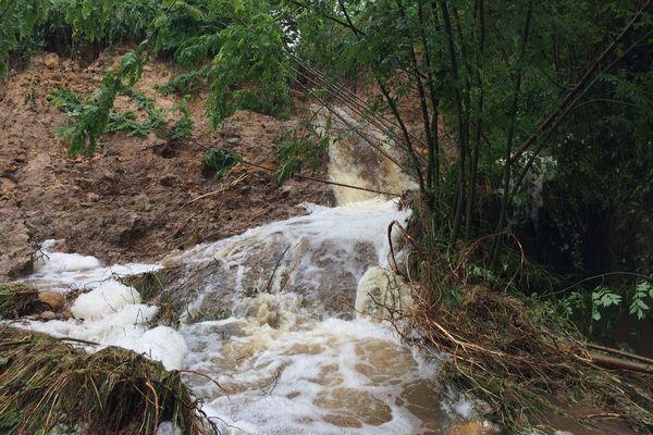 La brèche menace de faire effondrer toute la digue et d'inonder le village de l'Outre près de La Trimouille.