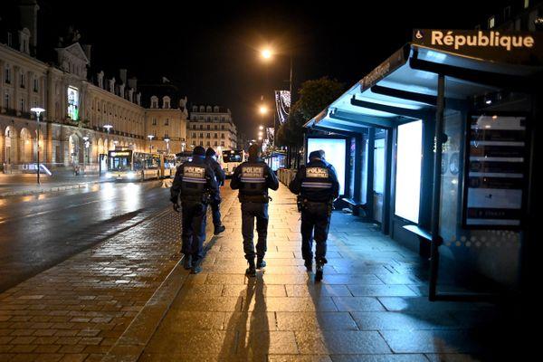 Des policiers patrouillent place de la République à Rennes