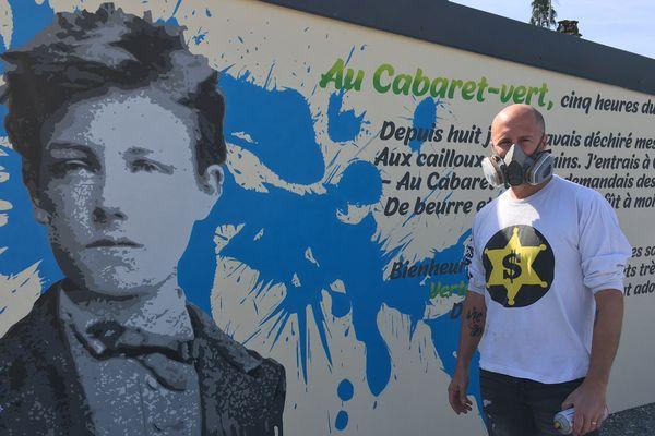 Rimbaud, le rebelle, retrouve les murs du village de Saint-Laurent dans les Ardennes, sous les pinceaux de L8zon, un autre poète engagé, qui lui a dédié une fresque impressionnante