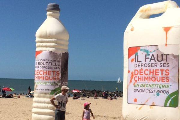 D'étranges bouteilles gonflables ont envahi la plage des minimes à la Rochelle.