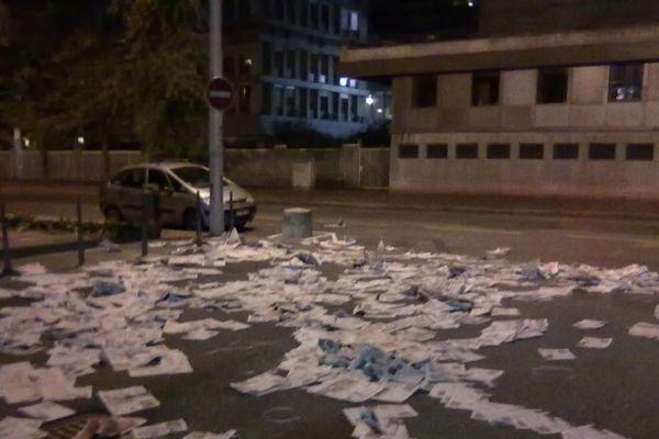 Un commando anonyme d'une dizaine d'hommes, protégés par des capuches, a déversé à 5h30 ce matin plusieurs centaines de journaux devant le siège de France 3 Rhône-Alpes.Une opération non revendiquée mais qui semble liée au mouvement social chez Presstalis.