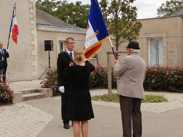 Nelly traduit la cérémonie en langue des signes pour son époux lors de la remise du drapeau