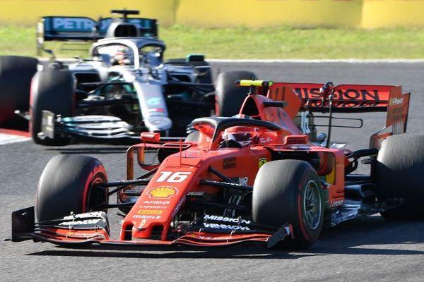 La Ferrari du monégasque Charles Leclerc devant Lewis Hamilton.