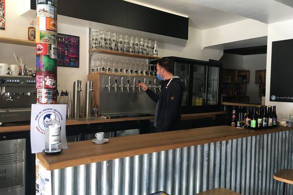 Ce gérant de bar à Limoges s'est dépêché de commander bières et autres boissons à ses fournisseurs.