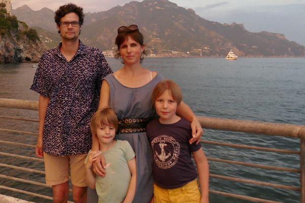 Androu à droite, entouré par son frère et ses parents