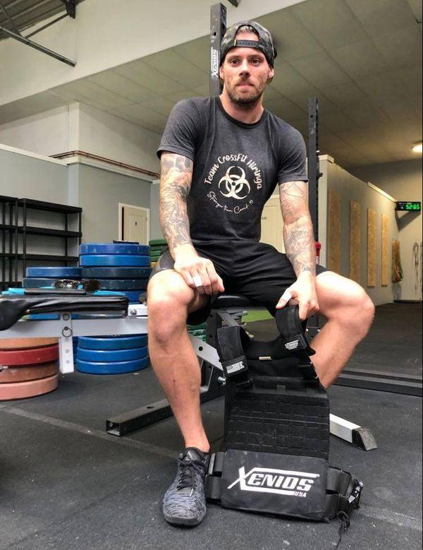 Pour relever son défi, Justin Thomas porte un gilet lesté de 9 kg.