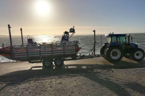 Tracteur tout neuf pour amener le bateau jusqu'à la mer