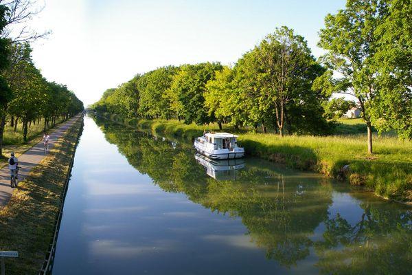 Le canal des Deux-Mers est le nom donné à la voie navigable formée par le canal du Midi (241 km), reliant Sète à Toulouse, et le canal latéral à la Garonne (193 km), reliant Toulouse à Castets-en-Dorthe, en amont de Bordeaux, l'ensemble permettant ainsi de relier la mer Méditerranée à l'océan Atlantique.