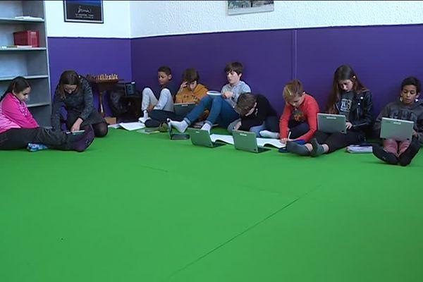 Les élèves prennent place sur le tatami pour apprendre.... autrement !