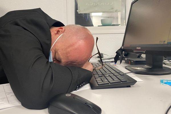 ILLUSTRATION. Une mauvaise nuit peut affecter la productivité au travail.