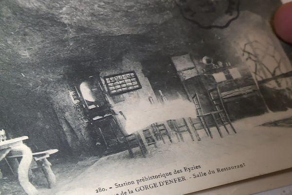 """Une carte postale du début du 20e siècle montre la salle de banquet installée dans le Fort du Roc de Tayac par son propriétaire Gabriel Galou qui y avait ouvert """"l'Auberge du Paradis""""."""