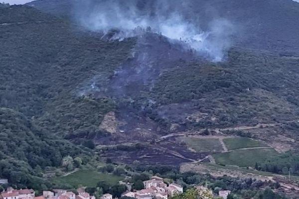 Le feu a été maîtrisé à quelques mètres des premières habitations du hameau de Mézeil, sur la commune de Roquebrun.
