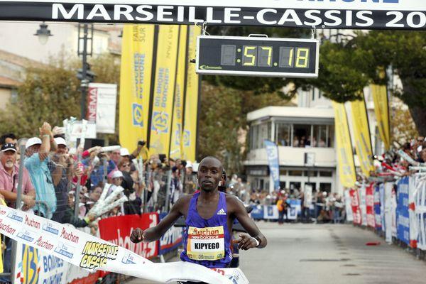 Le vainqueur de l'édition 2015 passe la ligne d'arrivée.