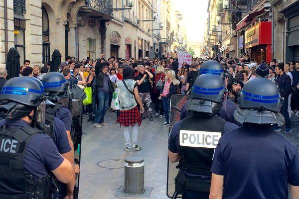 Le rendez-vous, à l'appel de SOS Racisme et de la FIDL, était donné place de la Victoire à Bordeaux. Le cortège a ensuite descendu la rue Sainte-Catherine avant d'être stoppé par les CRS.