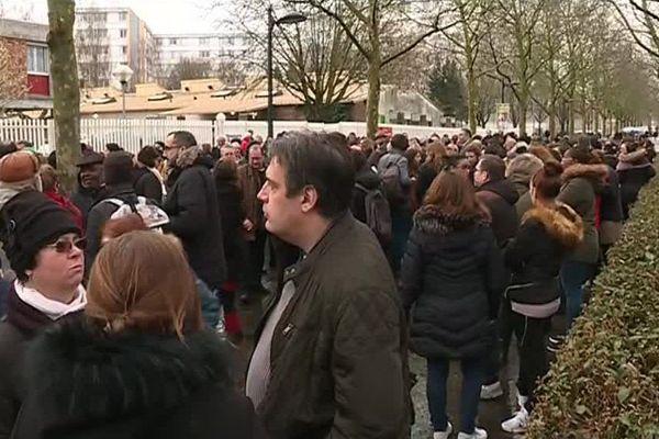 Environ 300 personnes se sont rassemblées devant l'école Descartes à Saint-Denis (Seine-Saint-Denis) contre la violence.