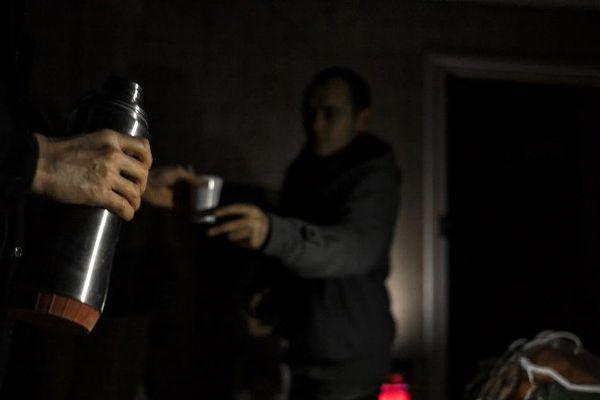 Une boisson chaude distribuée par la SASSON à l'habitant d'une maison à l'abandon, à Chambery, le 16 janvier.