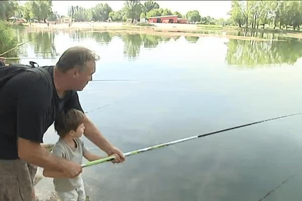 Martin, 4 ans, a déjà remonté ses premiers poissons.
