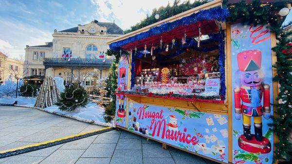 La ville de Saint-Dizier est parée pour les fêtes et petits et grands peuvent emporter une friandise pour ensuite déambuler et découvrir les festivités de fin d'année.