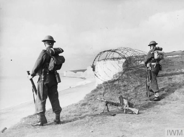 Des soldats surveillant les côtes depuis les célèbres falaises des Seven Sisters, près d'Eastbourne, dans le sud-est de l'Angleterre, le 28 octobre 1940.