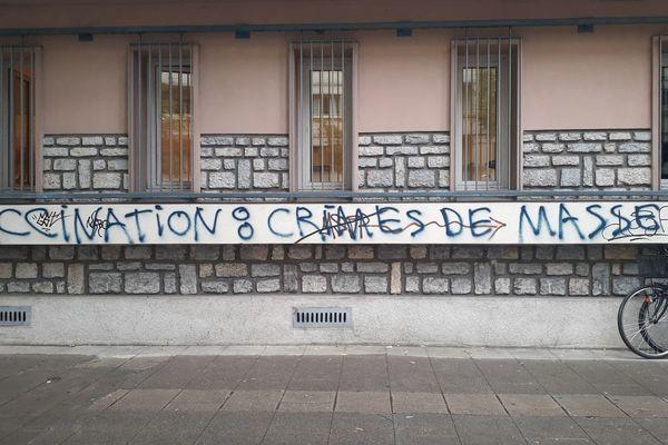 la façade du centre départemental de santé du Département de l'Isère situé au 23 Avenue Albert 1er de Belgique à Grenoble , recouverte de tags