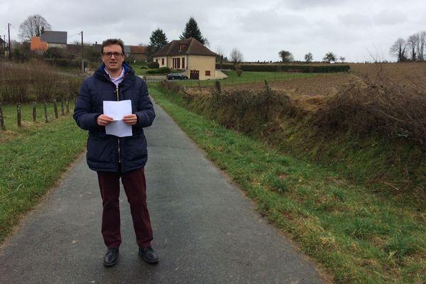 Florian Louis, jeune père de famille, est enseignant. Il espérait construire sa maison à côté de celle de ses parents, dans un hameau de la commune de Saint-Vaury. Le permis lui a été refusé car la parcelle est une terre agricole.