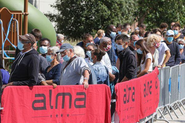 Une foule de 600 personnes s'est présentée à l'opération de dépistage du COVID-19 menée par Rennes Métropole et l'ARS Bretagne sur le parking du centre commercial Alma