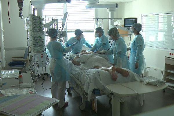 L'hôpital de Montélimar (Drôme) s'adapte à la 2e vague du coronavirus mais manque de personnels, surtout pour augmenter ses places en réanimation.