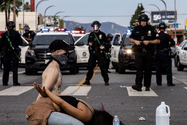 Manifestants à Los Angeles (Californie) le 1er juin 2020 après la mort de George Floyd le 25 mai