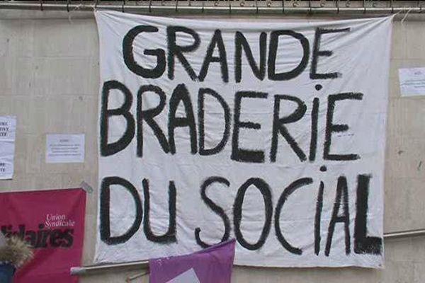 Banderolle installée par les professionnels de l'aide sociale à l'enfance devant le Conseil départemental du Puy-de-Dôme.