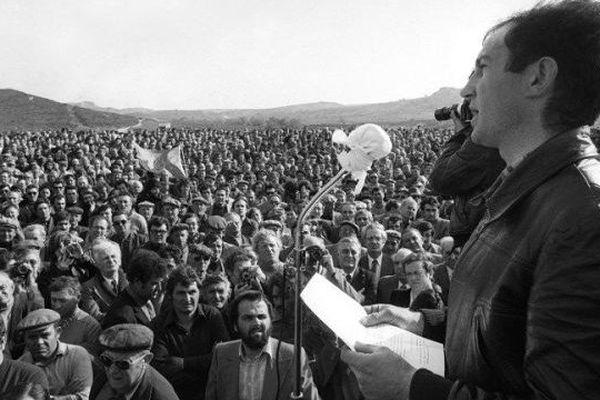 1977. Un an après la manifestation tragique de Montredon, devant une foule immense, Michel Romain, porte parole du Comité Régional d'Action Viticole, prononce un discours en hommage à Emile Pouytes, le vigneron tombé à Montredon.