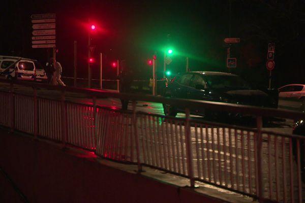 Un homme est mort par balles dans ce véhicule Renault Bleu accidenté avenue Siffert à Besançon.