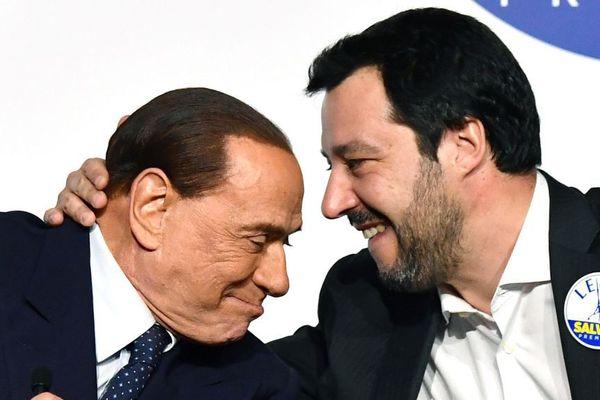 Sylvio Berlusconi et Matteo Salvini, respectivement leader des partis Forza Italia (centre-droit) et La Lega (extrême-droite). Les deux hommes ont formé une coalition qui est arrivée en tête des élections législatives italiennes le 3 mars.