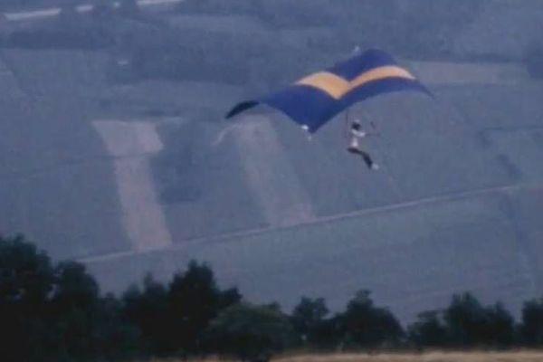 """Le deltaplane, appelé """"cerf-volant"""", fait ses débuts en 1974."""