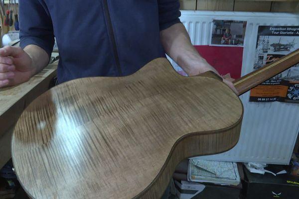 Outre son aspect esthétique, le bois d'érable sycomore ondé à également un intérêt acoustique.