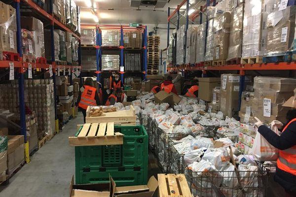 Les bénévoles de la banque alimentaire préparent les colis d'urgence.