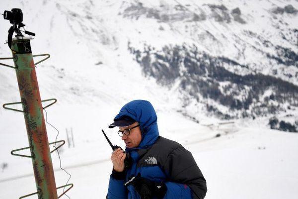 Un chercheur installe une caméro pour filmer les avalanches pour l'IRSTEA au col du Lautaret, le 27 janvier 2017.
