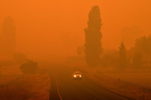Une route en Nouvelle-Galles du Sud sous un nuage de fumée orangé à cause des incendies qui ravagent le pays, le 5 janvier 2020.