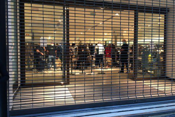 La vitrine du Zara a été cassée, obligeant les vigiles à fermer les grilles du magasin pour mettre les clients à l'abri.