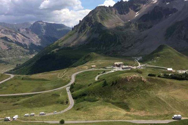 Le Tour de France passe dans 5 jours mais les passionnés de cyclisme commencent déjà à s'installer le long du parcours de la première des 3 étapes alpines.