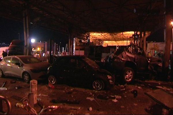 Des carcasses de voitures au péage de Saint-Isidore, près de Nice, en 2015.