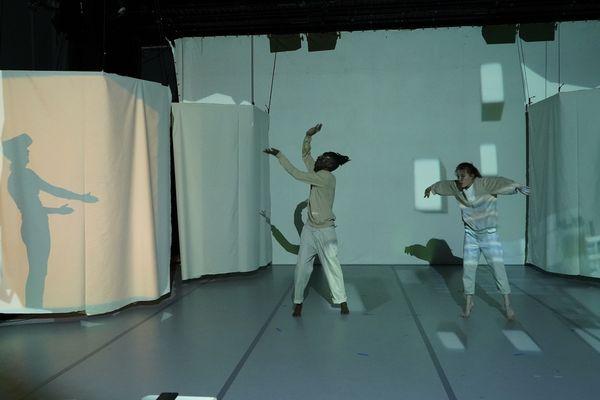 Des caméras infrarouge capteront les mouvements des deux danceurs pour les reproduire en direct dans le casque de réalité virtuelle que portera le spectateur présent lui aussi sur scène dans des cabines (à gauche).