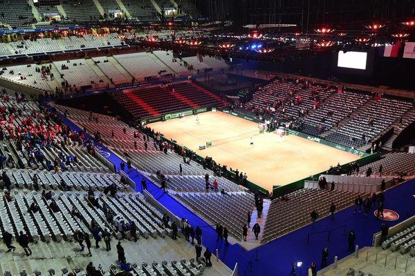 La France a perdu en 2014 face à la Suisse sur terre battue, au stade Pierre-Mauroy.