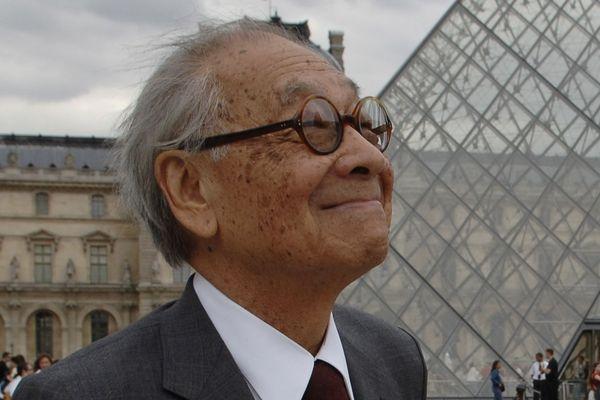 Ieoh Ming Pei devant la pyramide du Louvre en 2006.
