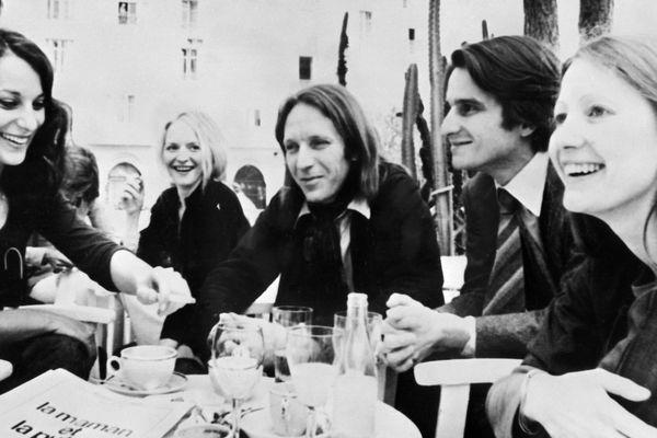 """De gauche à droite : Les acteurs Bernadette Lafont, Marinka Matuszewski, Jean Eustache (réalisateur), Jean-Pierre Léaud et Françoise Lebrun se détendent après la projection du film """"la Maman et la Putin"""", le 16 mai 1973, lors de la 26ème édition du Festival de Cannes."""