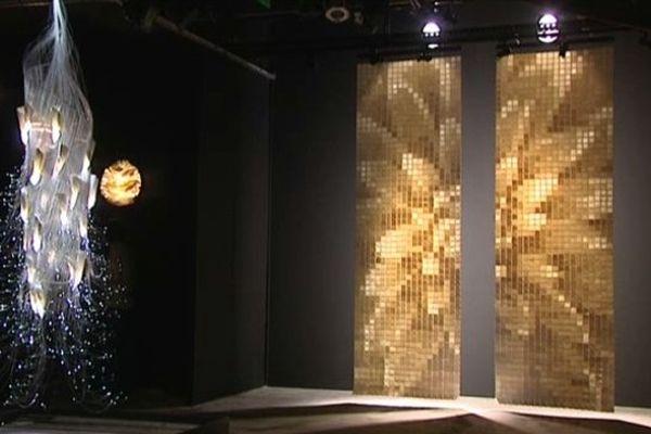 Le public peut notamment découvrir une étonnante sculpture de porcelaine pixelisée.